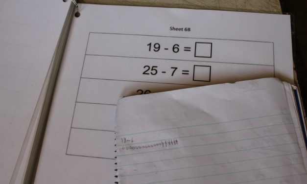 A page with simple mathematical sums : 19-6= 25-7=